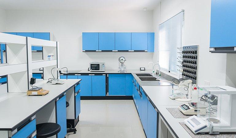 allestimento moderno di un laboratorio chimico